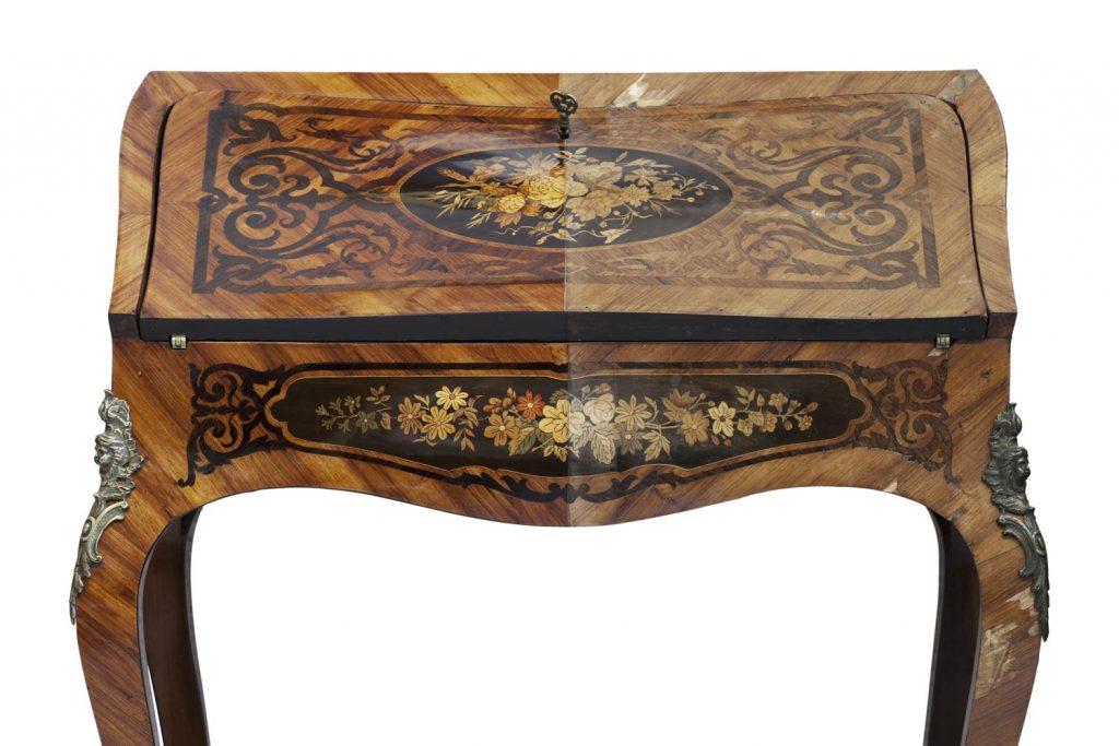 Kleiner Holztisch mit schönen alten Bemalungen. Vergleich vor der Restauration und nach der Restauration