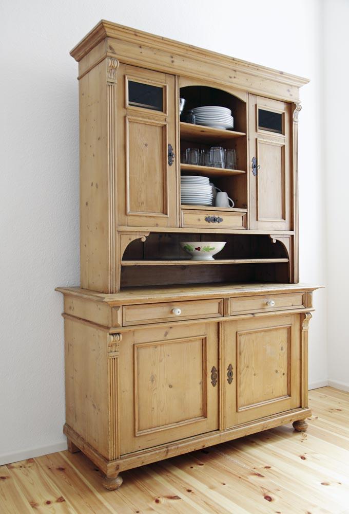 Schöner antiker Schrank aus hellem Holz. Der Schrank hat viele Schubladen und Abstellflächen .